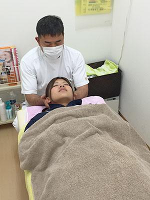 頭痛の施術風景