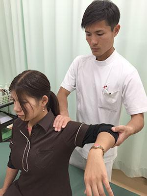 上腕二頭筋腱炎の施術風景