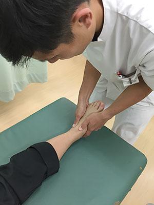 足底腱膜(筋膜)炎の施術風景