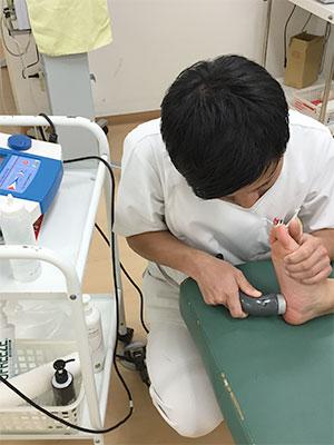 踵の痛み(踵骨棘)の施術風景