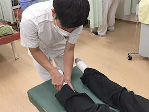 足の施術風景